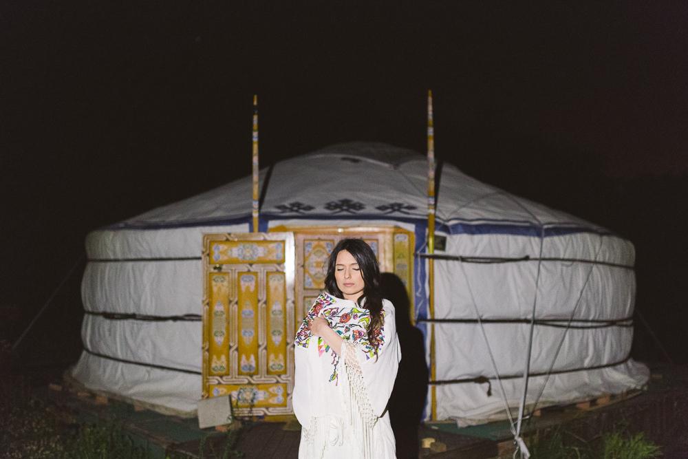 1-rose-fushia-photographie-un-mariage-gipsy-folk-latino-dans-une-yourte-en-haute-garonne-la-mariee-aux-pieds-nus