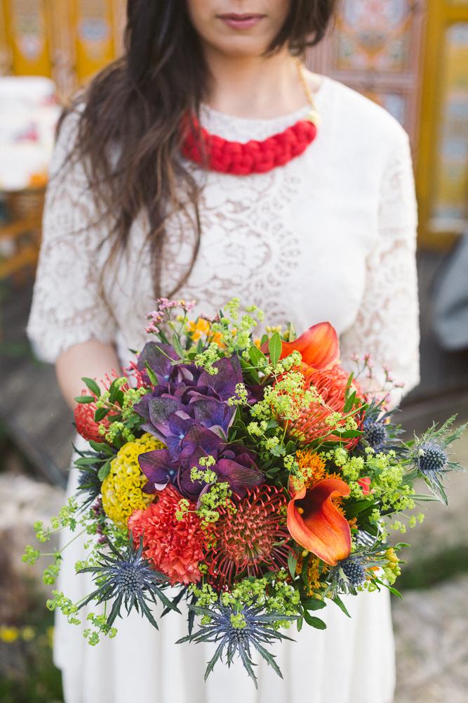 12-rose-fushia-photographie-un-mariage-gipsy-folk-latino-dans-une-yourte-en-haute-garonne-la-mariee-aux-pieds-nus
