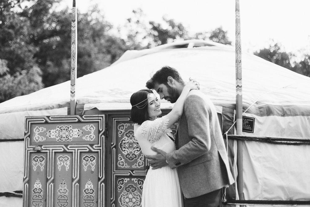 16-rose-fushia-photographie-un-mariage-gipsy-folk-latino-dans-une-yourte-en-haute-garonne-la-mariee-aux-pieds-nus