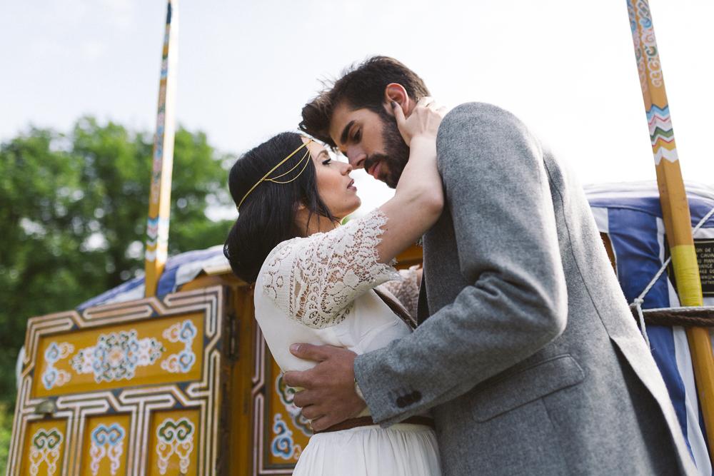 17-rose-fushia-photographie-un-mariage-gipsy-folk-latino-dans-une-yourte-en-haute-garonne-la-mariee-aux-pieds-nus