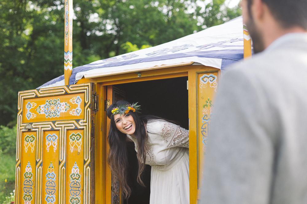 19-rose-fushia-photographie-un-mariage-gipsy-folk-latino-dans-une-yourte-en-haute-garonne-la-mariee-aux-pieds-nus