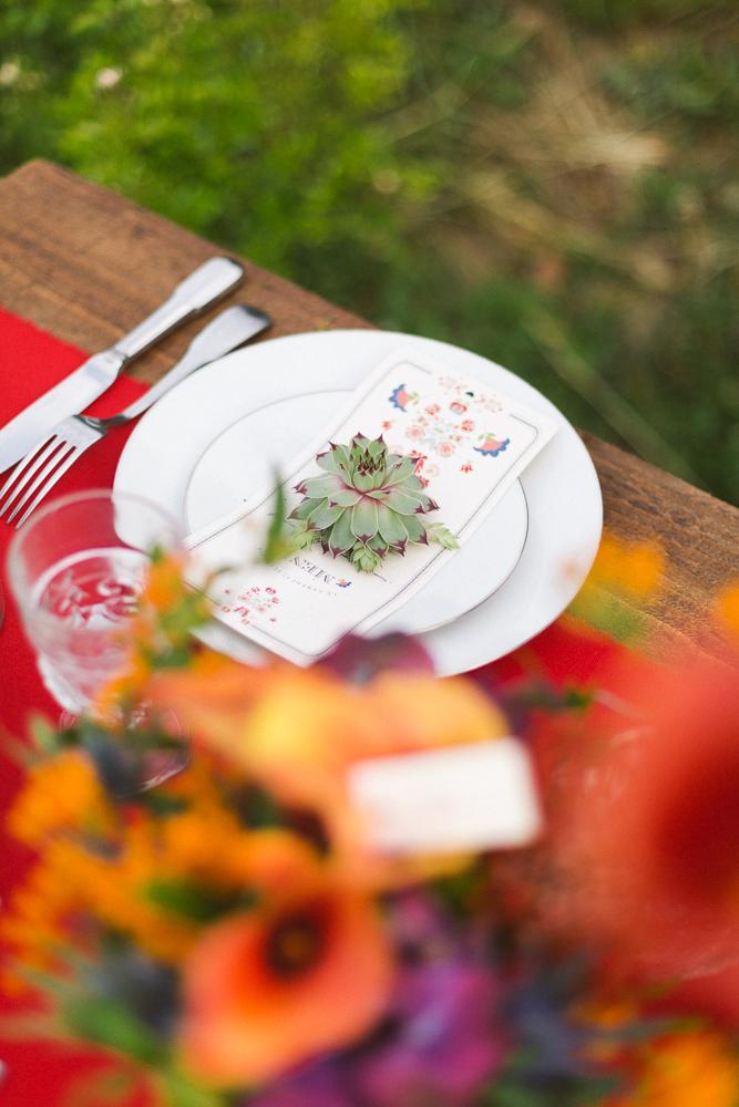 23-rose-fushia-photographie-un-mariage-gipsy-folk-latino-dans-une-yourte-en-haute-garonne-la-mariee-aux-pieds-nus
