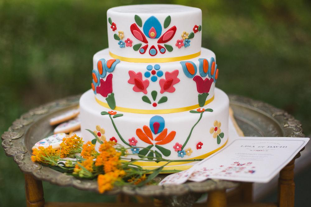 26-rose-fushia-photographie-un-mariage-gipsy-folk-latino-dans-une-yourte-en-haute-garonne-la-mariee-aux-pieds-nus