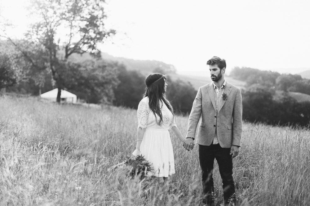 33-rose-fushia-photographie-un-mariage-gipsy-folk-latino-dans-une-yourte-en-haute-garonne-la-mariee-aux-pieds-nus