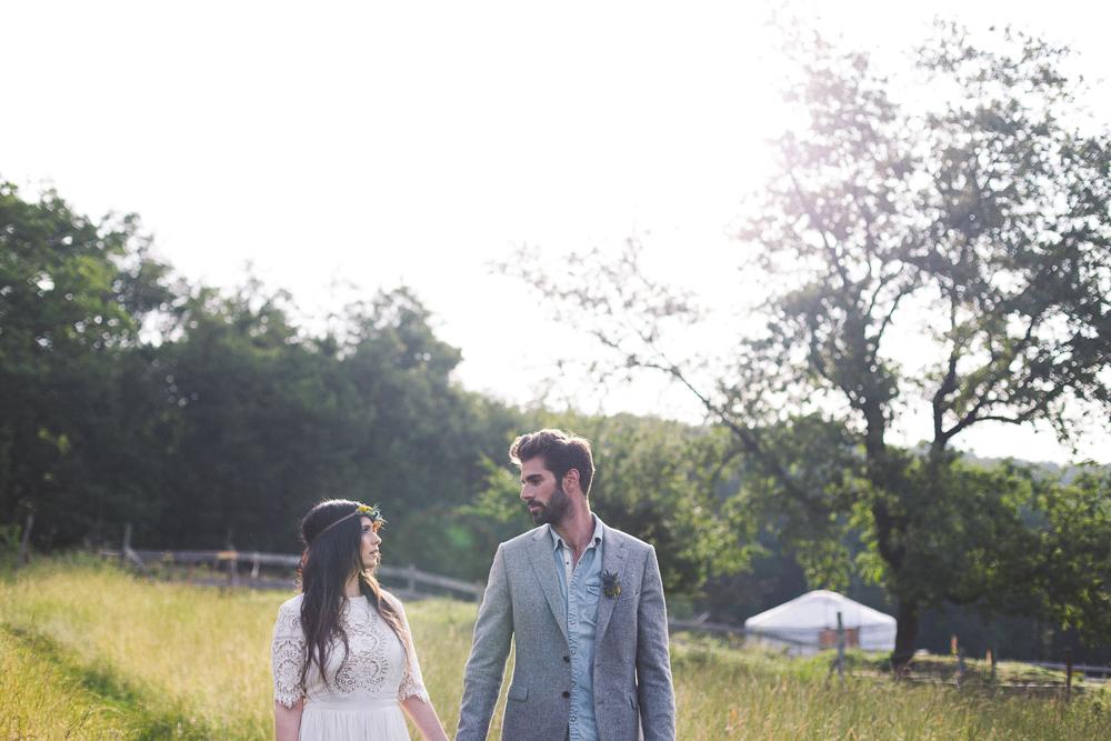 37-rose-fushia-photographie-un-mariage-gipsy-folk-latino-dans-une-yourte-en-haute-garonne-la-mariee-aux-pieds-nus