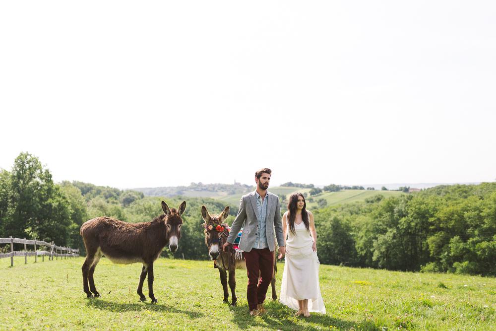 43-rose-fushia-photographie-un-mariage-gipsy-folk-latino-dans-une-yourte-en-haute-garonne-la-mariee-aux-pieds-nus