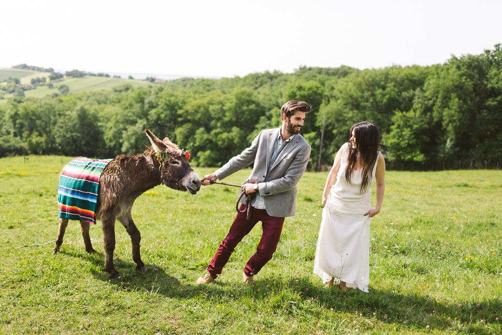 44-rose-fushia-photographie-un-mariage-gipsy-folk-latino-dans-une-yourte-en-haute-garonne-la-mariee-aux-pieds-nus