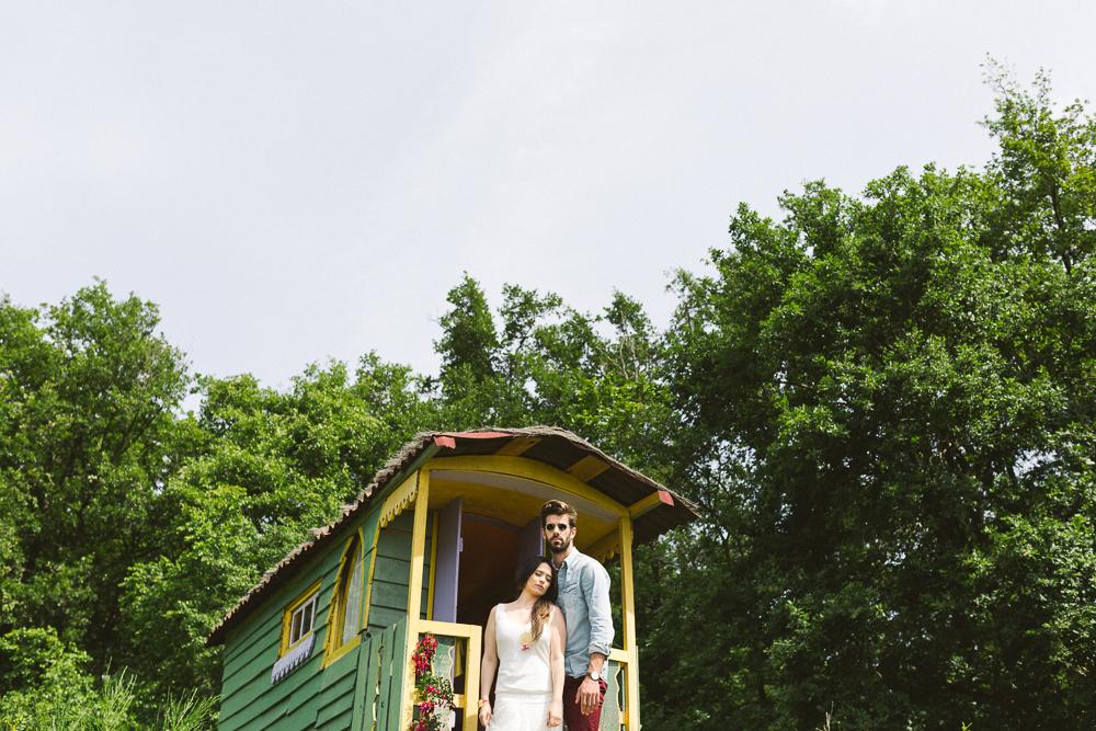 47-rose-fushia-photographie-un-mariage-gipsy-folk-latino-dans-une-yourte-en-haute-garonne-la-mariee-aux-pieds-nus
