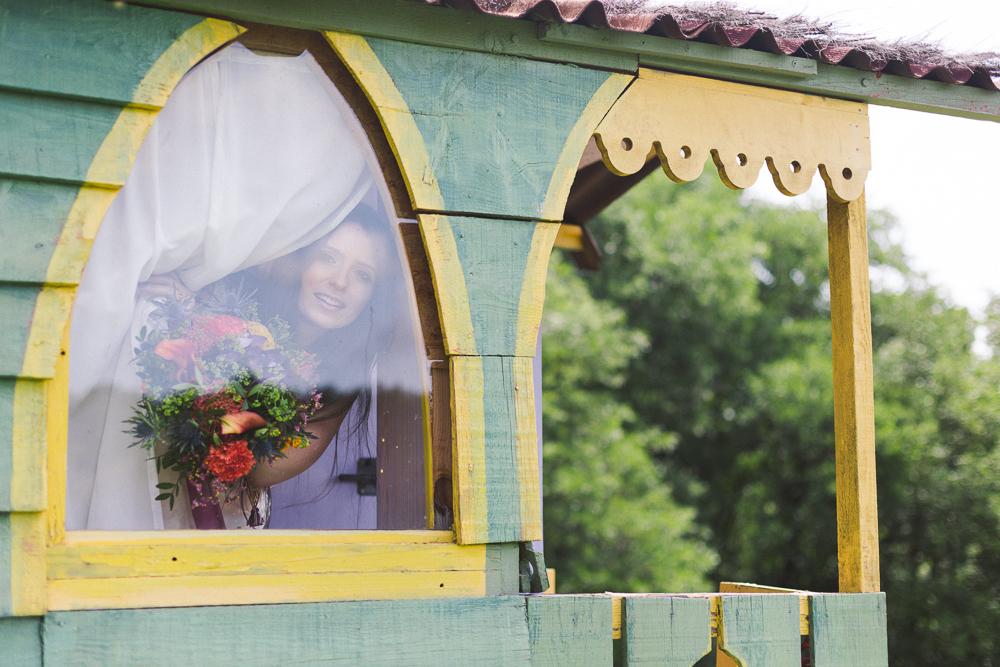49-rose-fushia-photographie-un-mariage-gipsy-folk-latino-dans-une-yourte-en-haute-garonne-la-mariee-aux-pieds-nus