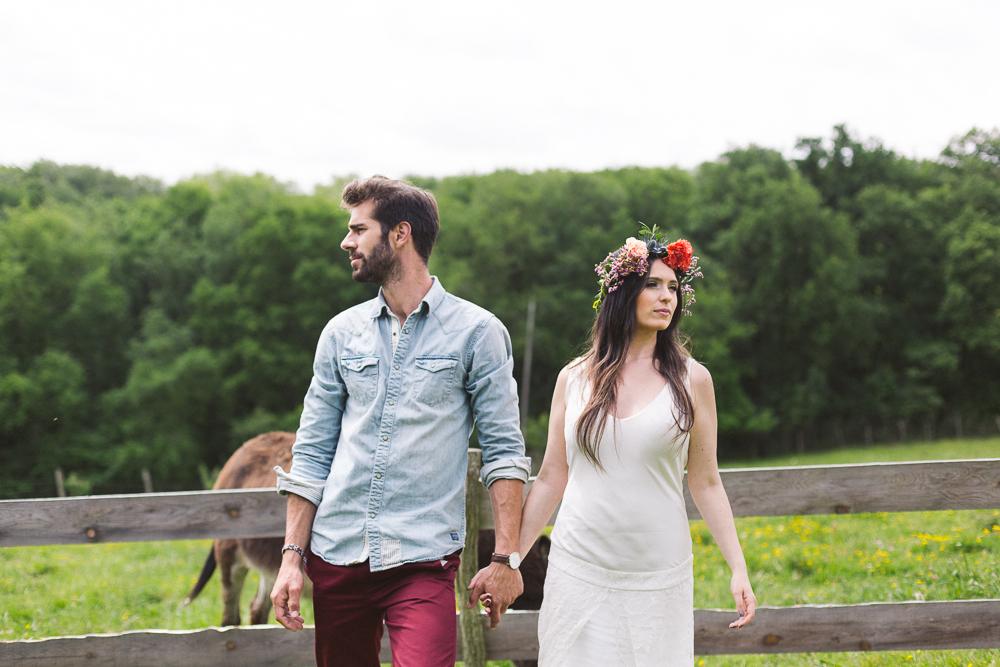 54-rose-fushia-photographie-un-mariage-gipsy-folk-latino-dans-une-yourte-en-haute-garonne-la-mariee-aux-pieds-nus