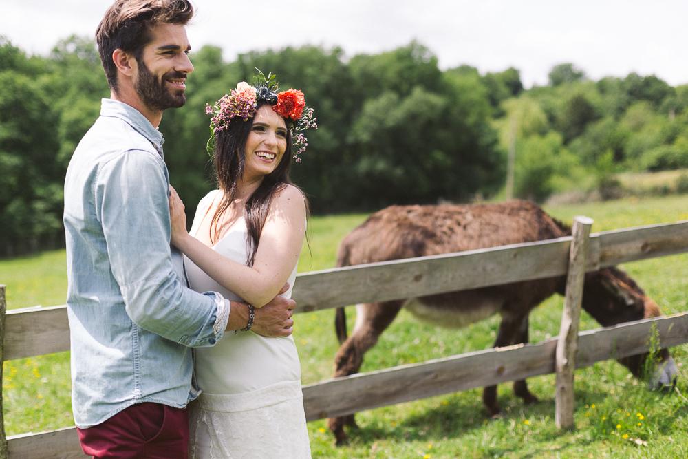 55-rose-fushia-photographie-un-mariage-gipsy-folk-latino-dans-une-yourte-en-haute-garonne-la-mariee-aux-pieds-nus
