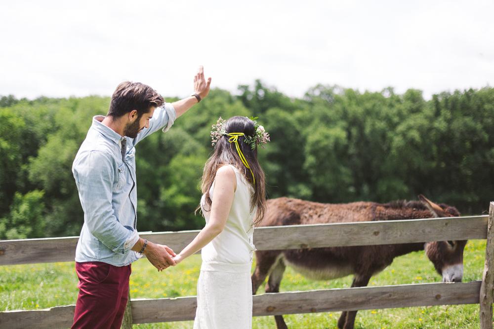 56-rose-fushia-photographie-un-mariage-gipsy-folk-latino-dans-une-yourte-en-haute-garonne-la-mariee-aux-pieds-nus