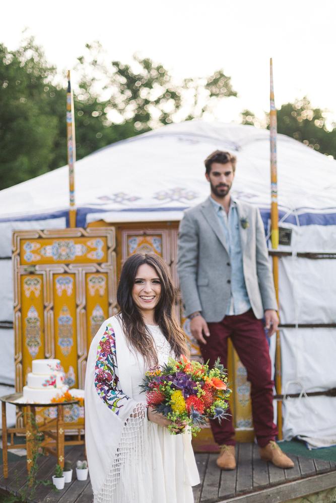 7-rose-fushia-photographie-un-mariage-gipsy-folk-latino-dans-une-yourte-en-haute-garonne-la-mariee-aux-pieds-nus