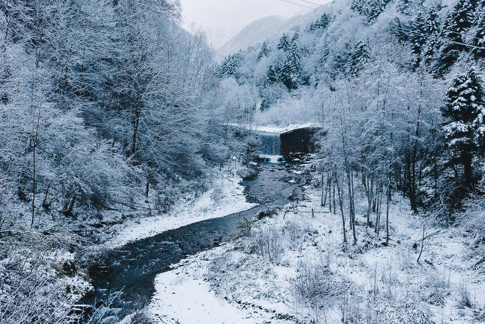 balade-dans-la-neige-et-lac-d-oo-luchon-montagne-france-rose-fushia-photographie-10