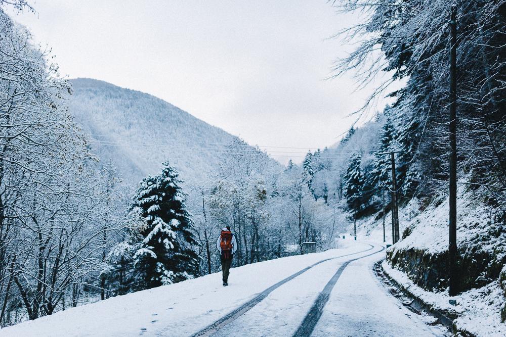 balade-dans-la-neige-et-lac-d-oo-luchon-montagne-france-rose-fushia-photographie-12