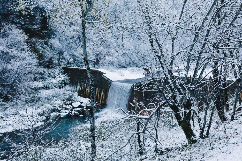 balade-dans-la-neige-et-lac-d-oo-luchon-montagne-france-rose-fushia-photographie-13