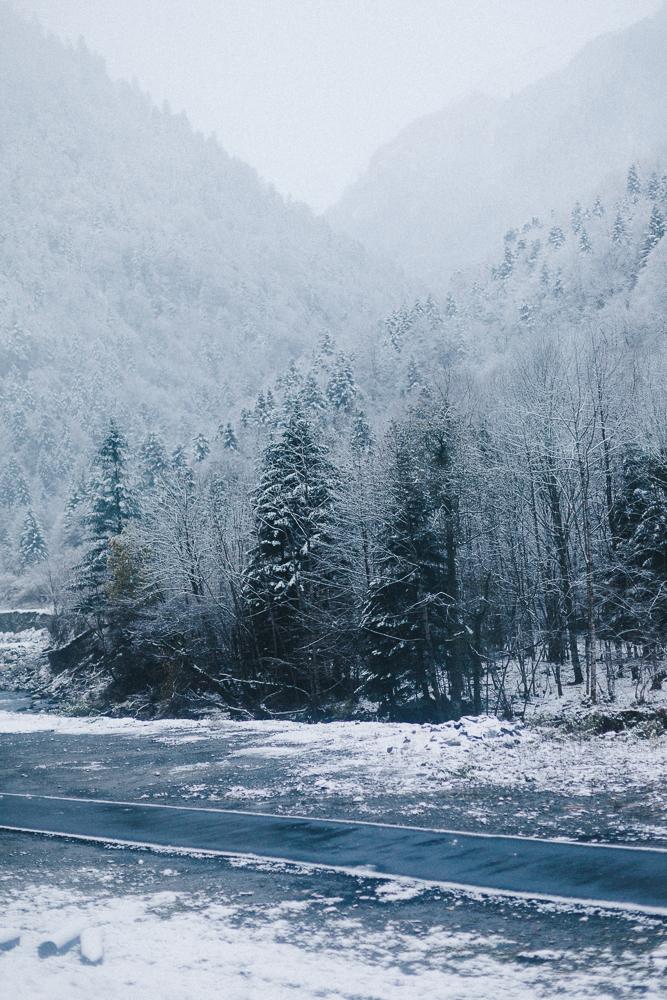 balade-dans-la-neige-et-lac-d-oo-luchon-montagne-france-rose-fushia-photographie-2