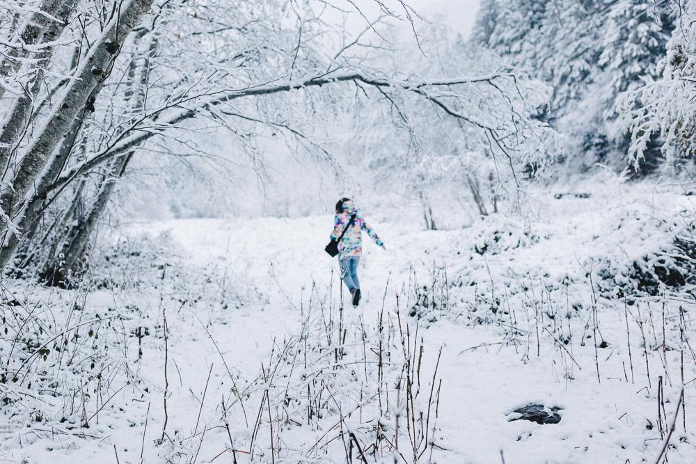balade-dans-la-neige-et-lac-d-oo-luchon-montagne-france-rose-fushia-photographie-26