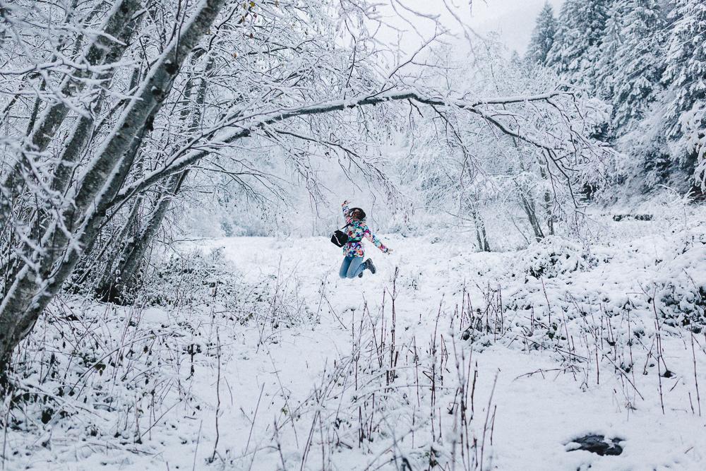 balade-dans-la-neige-et-lac-d-oo-luchon-montagne-france-rose-fushia-photographie-28