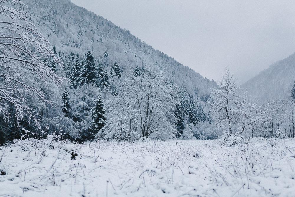 balade-dans-la-neige-et-lac-d-oo-luchon-montagne-france-rose-fushia-photographie-29