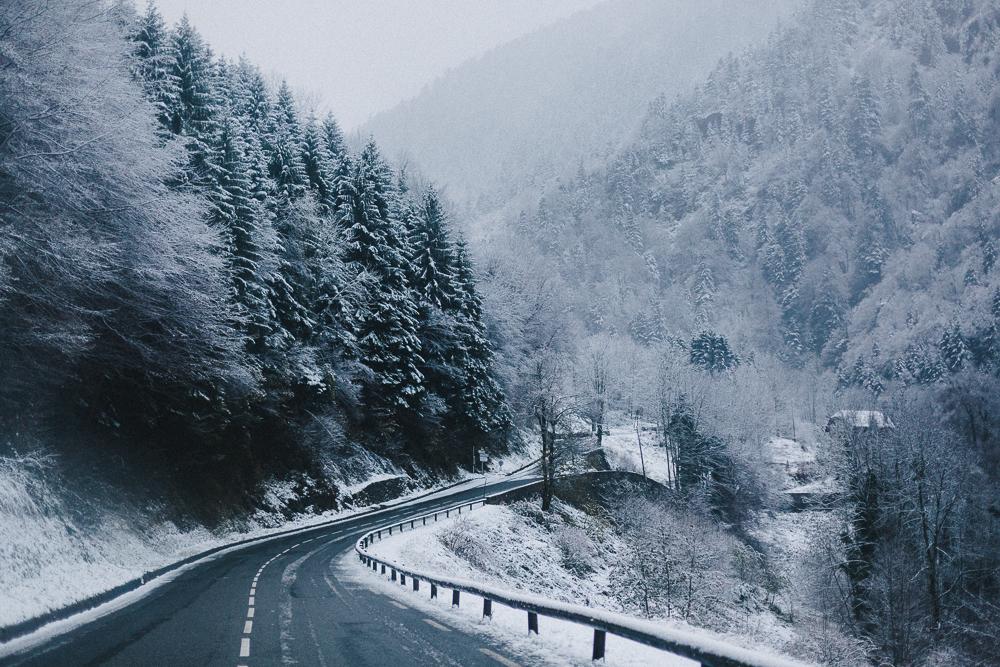 balade-dans-la-neige-et-lac-d-oo-luchon-montagne-france-rose-fushia-photographie-3