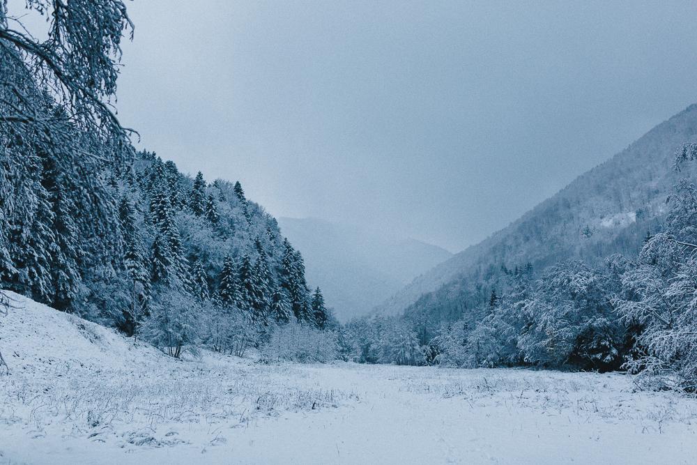 balade-dans-la-neige-et-lac-d-oo-luchon-montagne-france-rose-fushia-photographie-30