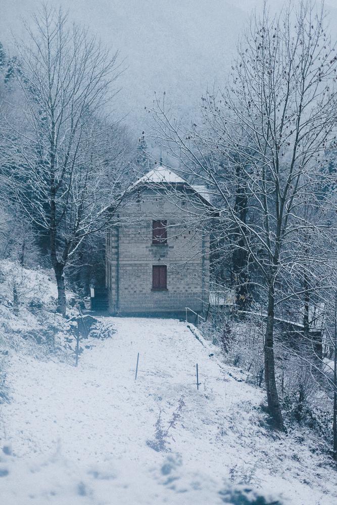 balade-dans-la-neige-et-lac-d-oo-luchon-montagne-france-rose-fushia-photographie-4