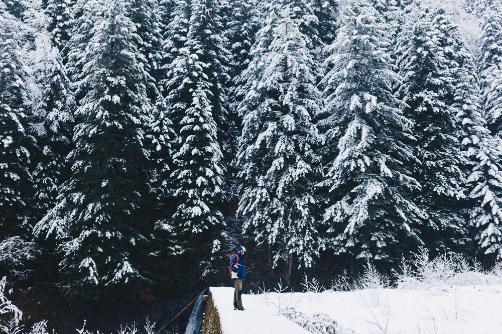 balade-dans-la-neige-et-lac-d-oo-luchon-montagne-france-rose-fushia-photographie-41