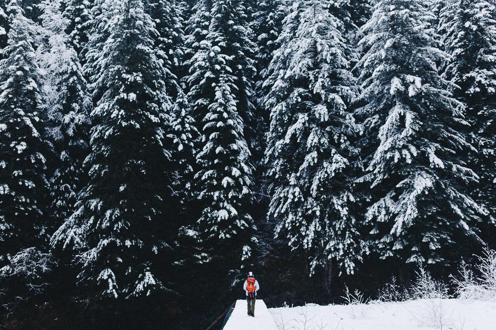 balade-dans-la-neige-et-lac-d-oo-luchon-montagne-france-rose-fushia-photographie-42