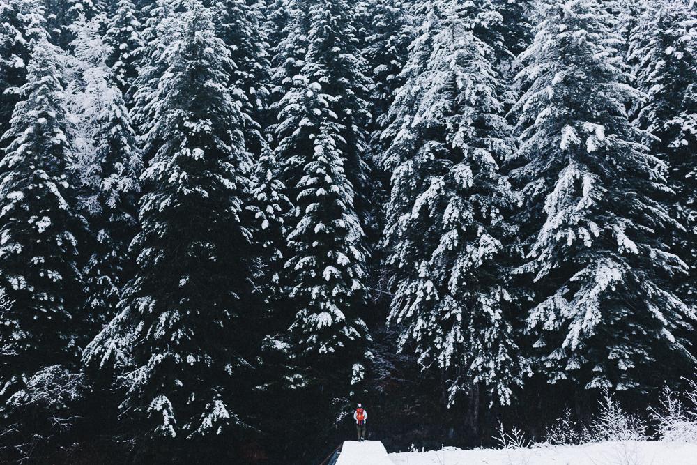 balade-dans-la-neige-et-lac-d-oo-luchon-montagne-france-rose-fushia-photographie-43