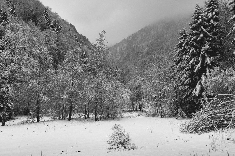 balade-dans-la-neige-et-lac-d-oo-luchon-montagne-france-rose-fushia-photographie-44