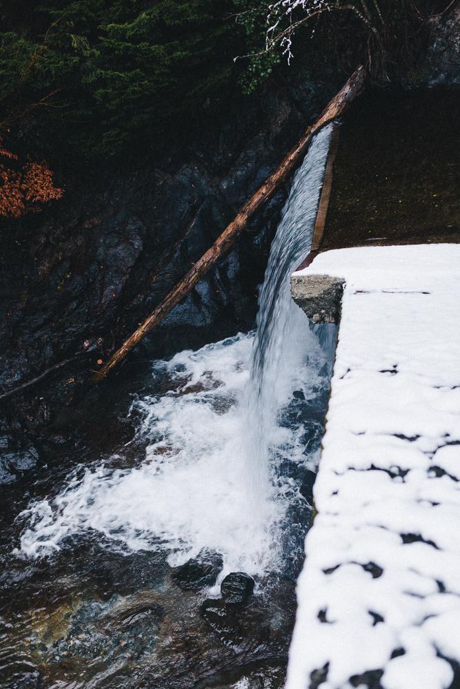 balade-dans-la-neige-et-lac-d-oo-luchon-montagne-france-rose-fushia-photographie-46