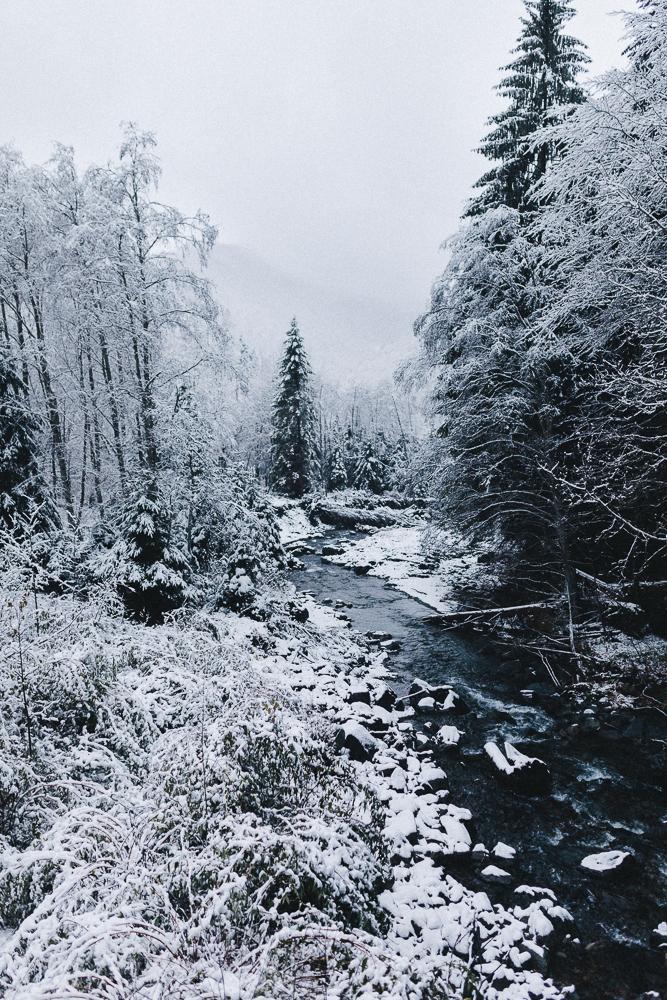 balade-dans-la-neige-et-lac-d-oo-luchon-montagne-france-rose-fushia-photographie-47