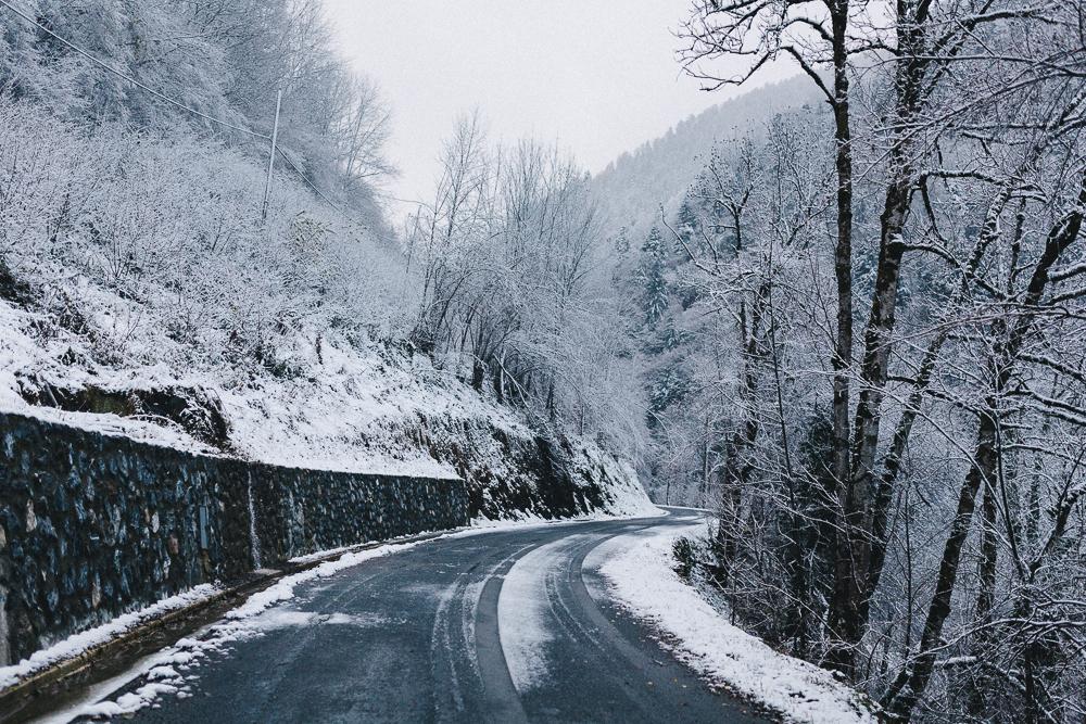 balade-dans-la-neige-et-lac-d-oo-luchon-montagne-france-rose-fushia-photographie-5
