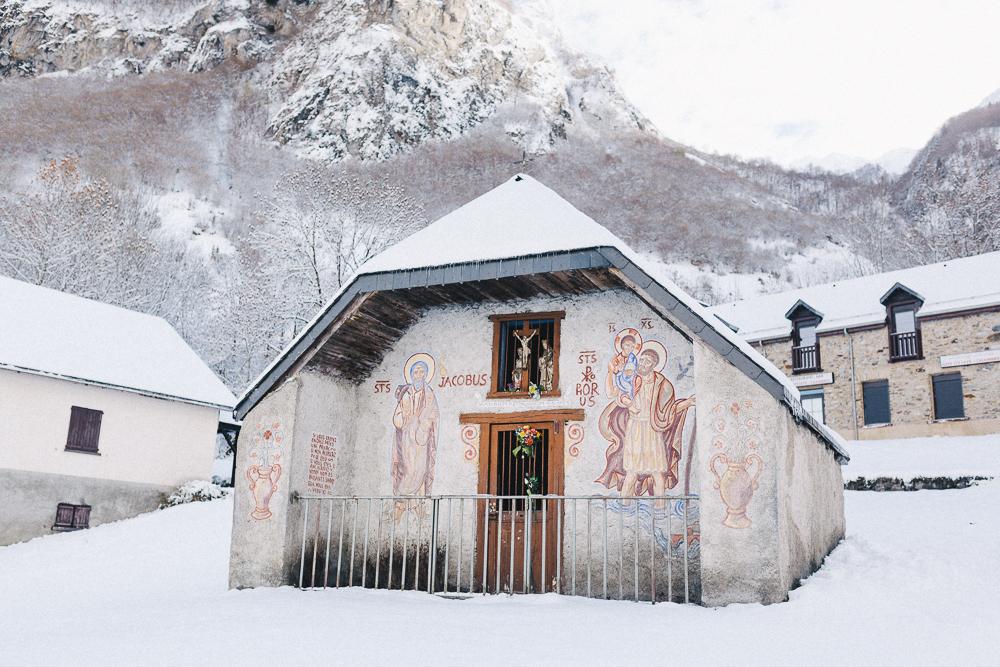 balade-dans-la-neige-et-lac-d-oo-luchon-montagne-france-rose-fushia-photographie-54