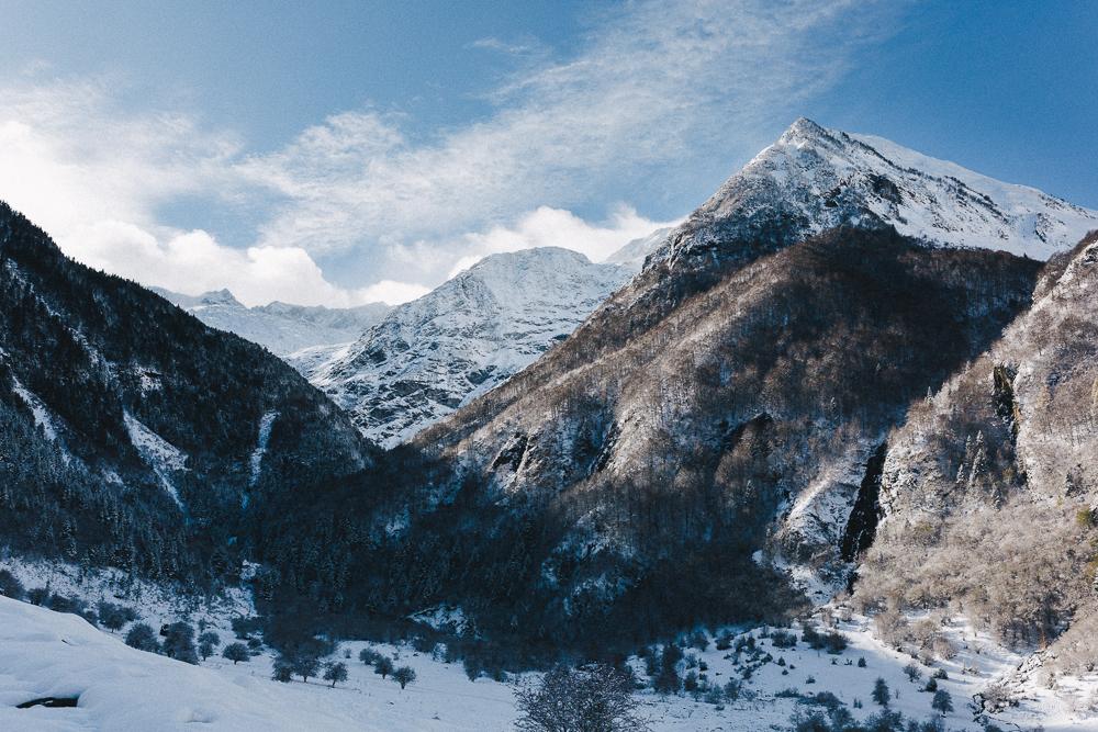 balade-dans-la-neige-et-lac-d-oo-luchon-montagne-france-rose-fushia-photographie-56