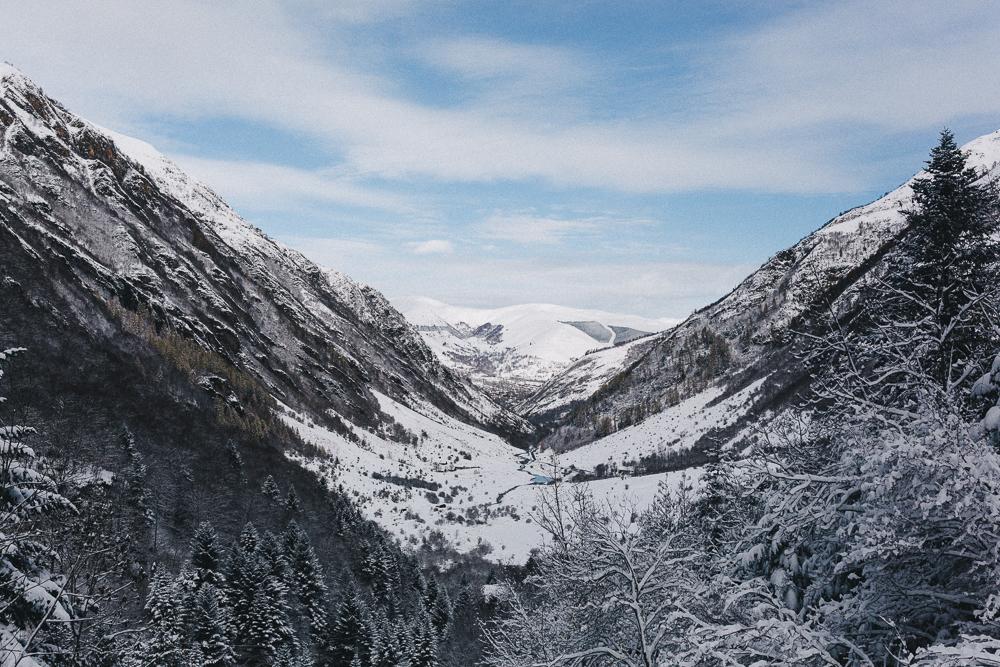 balade-dans-la-neige-et-lac-d-oo-luchon-montagne-france-rose-fushia-photographie-59