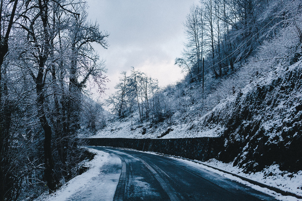 balade-dans-la-neige-et-lac-d-oo-luchon-montagne-france-rose-fushia-photographie-6