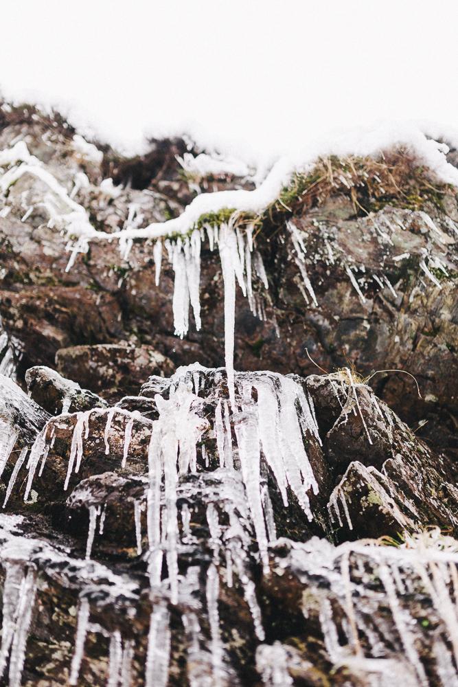 balade-dans-la-neige-et-lac-d-oo-luchon-montagne-france-rose-fushia-photographie-61