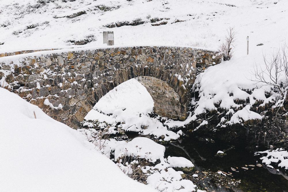 balade-dans-la-neige-et-lac-d-oo-luchon-montagne-france-rose-fushia-photographie-65