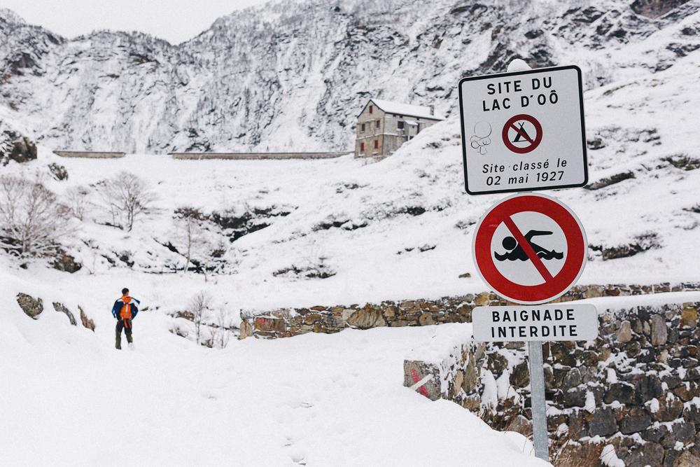 balade-dans-la-neige-et-lac-d-oo-luchon-montagne-france-rose-fushia-photographie-66