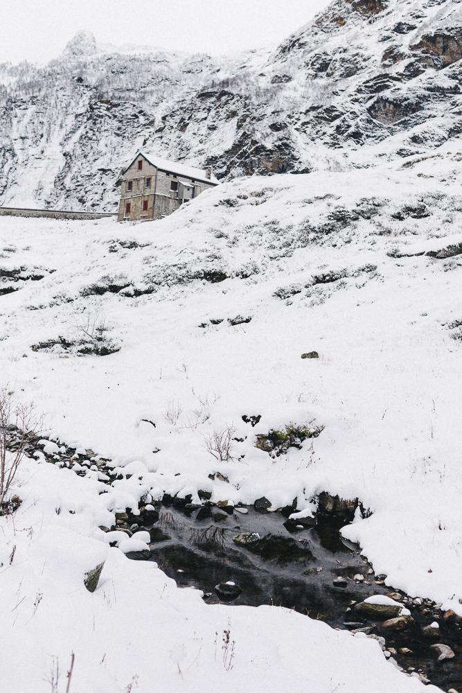 balade-dans-la-neige-et-lac-d-oo-luchon-montagne-france-rose-fushia-photographie-68