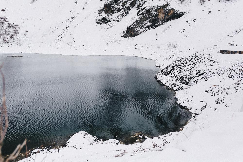 balade-dans-la-neige-et-lac-d-oo-luchon-montagne-france-rose-fushia-photographie-69