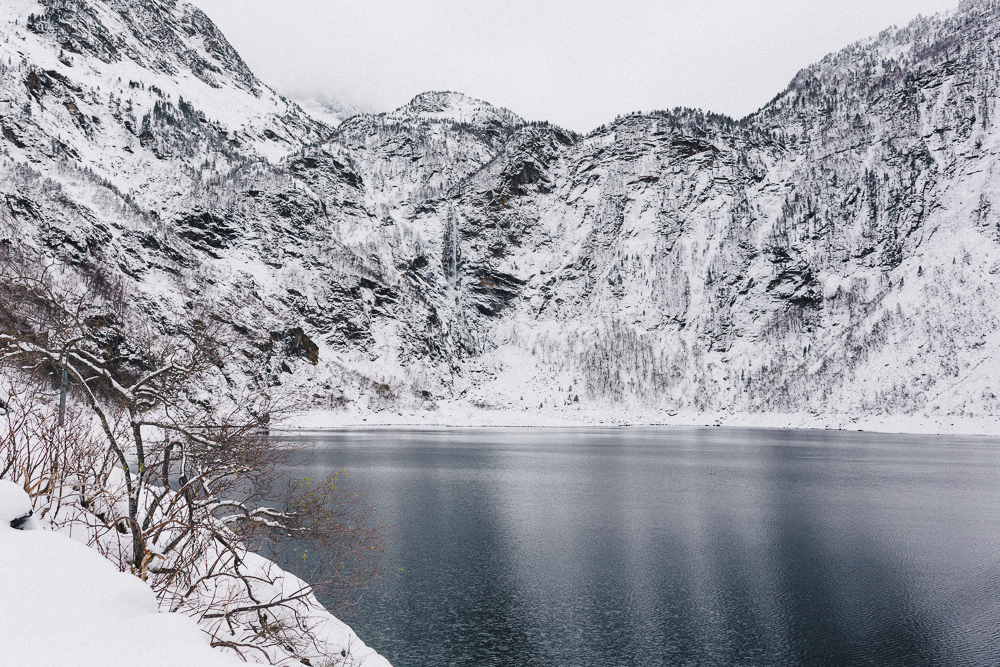 balade-dans-la-neige-et-lac-d-oo-luchon-montagne-france-rose-fushia-photographie-71