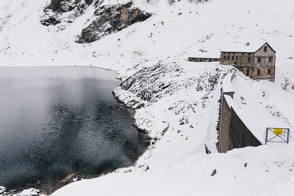 balade-dans-la-neige-et-lac-d-oo-luchon-montagne-france-rose-fushia-photographie-73