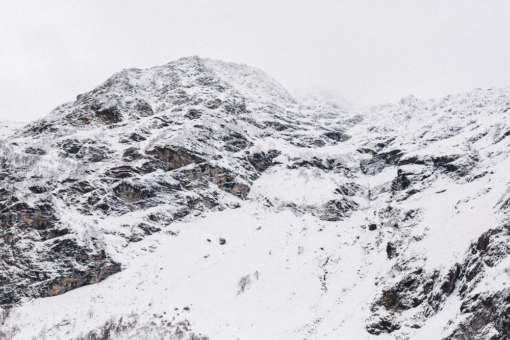 balade-dans-la-neige-et-lac-d-oo-luchon-montagne-france-rose-fushia-photographie-74