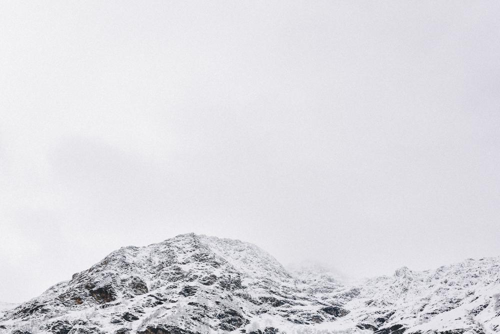 balade-dans-la-neige-et-lac-d-oo-luchon-montagne-france-rose-fushia-photographie-75