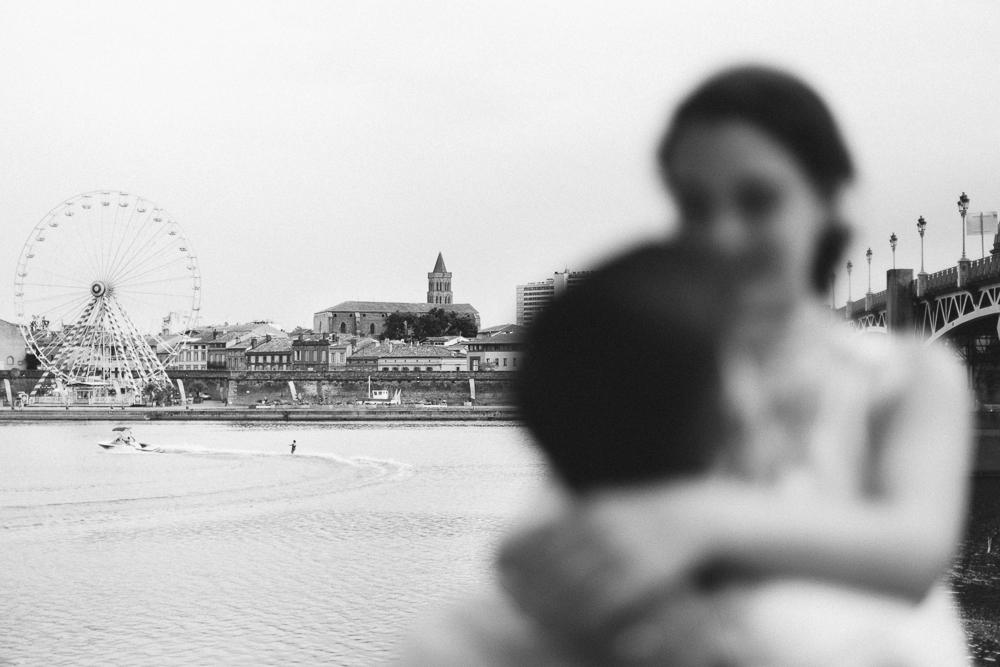 seance-engagement-au-bord-de-la-garonne-amandine-alexandre-toulouse-grande-roue-rose-fushia-photographie-16