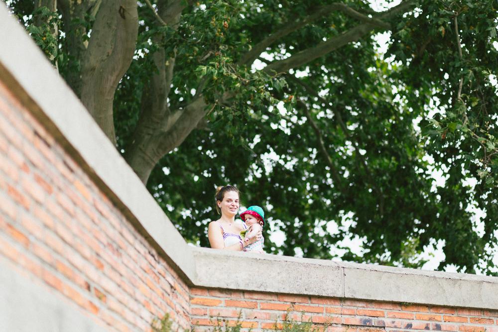 seance-engagement-au-bord-de-la-garonne-amandine-alexandre-toulouse-grande-roue-rose-fushia-photographie-20