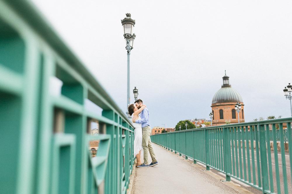 seance-engagement-au-bord-de-la-garonne-amandine-alexandre-toulouse-grande-roue-rose-fushia-photographie-32